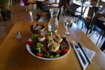 """Le petit marché, """"salade verte des Cévennes avec son filet doré, tomates, fromage de chèvre chaud, pan et noix,"""" Dijon"""