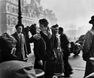 Le baiser de l'hôtel de ville (The Kiss) by Robert Doisneau (1950), Paris, France